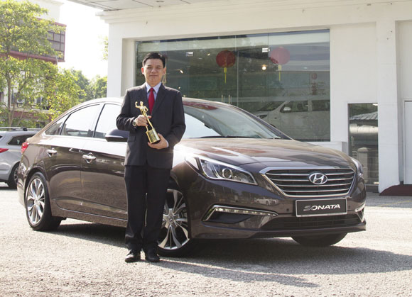 Mr Lau Yit Mun, Managing Director of HSDM with the President's Award and the Hyundai Sonata