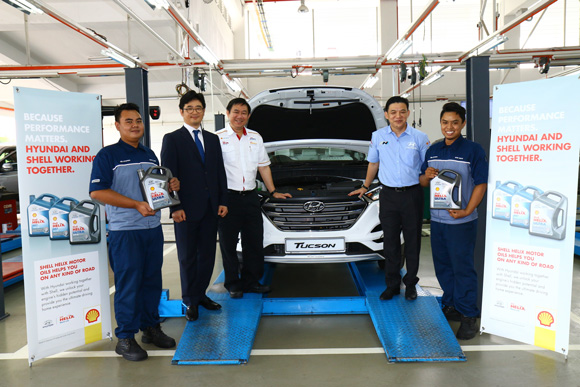 L to R - With Hyundai Technicians and the newly launched Shell-Hyundai Engine Oil are Mr Ahn Joon Moo, Mr Leslie Ng and Mr Lau Yit Mun